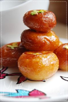 A lady's navel (hanım göbeği) or woman's navel (kadın göbeği) is type of sweet pastry which is popular in Turkey. They are made from balls of choux pastry which are given a dimple, deep-fried and then soaked in syrup. Middle Eastern Sweets, Middle Eastern Recipes, Beignets, Istanbul, Turkish Recipes, Ethnic Recipes, Choux Pastry, Pastry Chef, Sweet Pastries