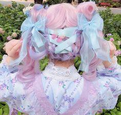 This lolita hairstyle is delightful Estilo Lolita, Pelo Lolita, Lolita Hair, Lolita Dress, Pastel Goth Fashion, Kawaii Fashion, Lolita Fashion, Colorful Fashion, Cute Fashion