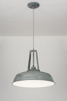 Lampa charakteryzuje się loftowym kształtem oraz drewnianym