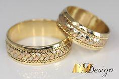 Trzykolorowe obrączki ślubne plecione, ręcznie wykonywane. Autorskie wzory, biżuteria na zamówienie. Projektowanie BM Design #obrączkiślubne #obrączki #obrączkirzeszów #obrączkiślubnerzeszów #nowoczesneobrączkiślubne #plecioneobrączkirzeszów #plecioneobrączki #obrączkizdiamentami Gold Ring Designs, Gold Bangles Design, Gold Jewellery Design, Couple Rings Gold, Engagement Rings Couple, Gold Rings Jewelry, Jewelry Design Earrings, Couple Ring Design, Plain Gold Ring