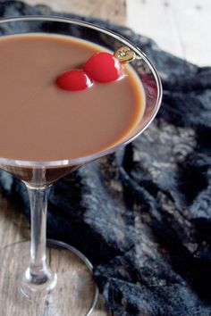 Rich chocolate flavor, coffee liqueur and horchata make this Kahlua and Cream Chocolate Martini from tryanythingoncecu. a cocktail you'll want to sip! Is it 5 o'clock yet? Refreshing Drinks, Fun Drinks, Yummy Drinks, Yummy Food, Beverages, Party Drinks, Best Chocolate, Chocolate Flavors, Chocolate Recipes