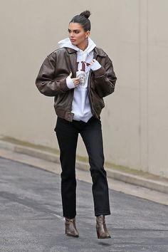 Kendall Jenner Dons Brown Leather Jacket for Day at the Studio: Photo Kendall Jenner makes her way back to her car after the leaving the studio on Thursday afternoon (March in Los Angeles. The model kept things comfy… Celebrity Outfits, Trendy Outfits, Cute Outfits, Fashion Outfits, Celebrity Summer Style, Fashion Tips, Looks Street Style, Looks Style, Simple Street Style