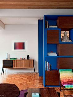 AP Gabriel Monteiro Da Silva / Bruschini Arquitetura #living #shelves #blue