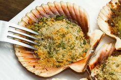 Le Capesante Gratinate sono un piatto davvero scenografico che potete preparare da servire come antipasto di una cena tutta di pesce oppure durante l'aperitivo con gli amici.