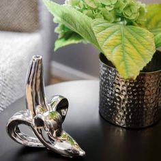 Wie man sich bettet, so liegt man – und mit Boxspringbett, Silberdetails und grauer Eleganz steht Ihrem luxuriösen Dornröschenschlaf nichts mehr im Weg! Ton in Ton strahlt der Raum Ruhe aus, mit schimmernden Kissen und Accessoires entsteht eine sinnliche Atmosphäre. Der gezielte Bruch durch die Schreibtischlampen im coolen Industrial-Stil sorgt für einen spannenden Twist!