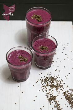 berry mango smoothie with flaxseed