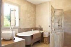 Paravent réalisé à partir de persienne en bois + baignoire ancienne peinte + vasque en pierre (Syrie) + enduits à base de chaux couleurs naturelles =