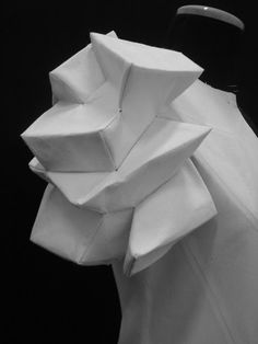 Shingo Sato in Fashion Creative Patterncutting Geometric FashionShingo Sato draping technique by MarsiFashion - sculptural sleeve created by manipulating fabrics into shapes; wearable art // Shingo Sato by angeliaJuste Jupes et robes: Shingo Sato tec Moda Origami, Fabric Origami, 3d Pattern, Pattern Cutting, Pattern Making, Origami Fashion, 3d Fashion, Fashion Design, Fashion Details