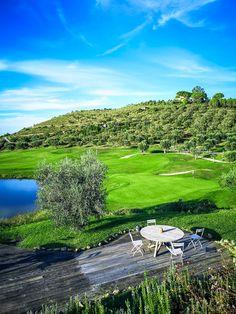 Die Toskana ist bei Kulturinteressierten ebenso beliebt wie bei Weinliebhabern. Die Toskana lässt aber auch das Herz vieler Golfer höher schlagen. Denn sie bietet einige der schönsten Golfplätze Italiens. Somit kann man also eine Kultur- oder Wein-Rundreise bestens mit einer Golfrunde verbinden. #golf #reisetipps Golfer, Hotels, Golf Courses, Green Landscape, Cypress Trees, Lake Garda, Tuscany, Mansions