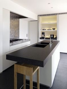 black and white cupboards in walls Kitchen Interior, Kitchen Decor, Küchen Design, House Design, Madeira Natural, White Cupboards, Interior Architecture, Interior Design, Minimal Kitchen