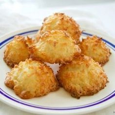 These 3 ingredient coconut macaroons cookies are gluten-free, easy to make and delicious. The perfect dessert for Passover or any other Ho. Easy No Bake Desserts, Easy Cake Recipes, Cookie Recipes, Dessert Recipes, Macaroon Cookies, Macaroon Recipes, Coconut Macaroons, Sans Gluten, Gluten Free