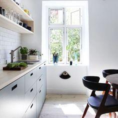 Bighearted sorted kitchen design tips Quirky Kitchen, Home Decor Kitchen, Kitchen Interior, New Kitchen, Kitchen Design, Grey Kitchens, Cool Kitchens, Kitchen Shelves, Apartment Interior