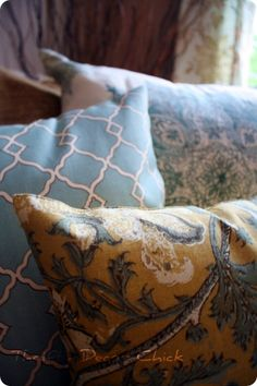 Awesome idea from Thrifty Decor Chick to have Pottery Barn pillows on the cheap - pick up a few PB napkins and turn them into pillow covers! I love this idea! Pottery Barn Hacks, Pottery Barn Pillows, Diy Pillows, How To Make Pillows, Decorative Pillows, Throw Pillows, Pillow Ideas, Couch Pillows, Handmade Pillows