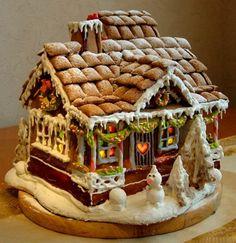 Пряничный новогодний домик Необходимые ингредиенты для блюда Пряничный новогодний домик:      полстакана сахарного песка;     две чайных ложечки меда;     чайная ложечка корицы перемолотой;     две столовые ложечки какао в порошке;     50 гр масла коровьего;     два куриных яйца;     2,5 стакана муки высшего сорта;     для глазури — 200 гр пудры сахарной плюс один белок.