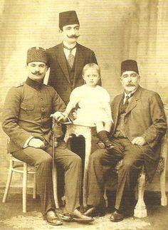 Enver Paşa (ayakta) /Osmanlı Paşaları/Fotoğraf-Bilgi grubundan alınmıştır.