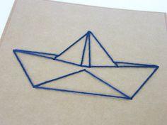Gestickte Karte mit Papierbootmotiv