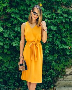 Amarelo é uma cor que combina com calça branca, preta, saia ou calça jeans, marrom, caramelo, azul marinho. Já deu pra você perceber que é uma ótima cor para combinar com as peças que você já tem no guarda-roupa. Outra boa opção é você apostar num modelo monocromático, como o da foto.