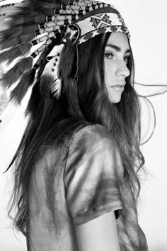Black and white photo of a girl wearing a headdress. Given that I'm a Chiefs fan, I love this pic. Native American Beauty, Native American Girls, American Indians, Red Indian, Native Indian, Indian Girls, Indian Head, Light Skin, Madame
