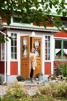 Erika Åberg – så bor TV:s byggnadsvårdare Swedish Cottage, Red Cottage, Sweden House, Red Houses, Front Door Design, Red Barns, Scandinavian Home, House Painting, My Dream Home