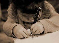 """La penna: essenziale per mantenere sveglio il cervello  Tastiera o penna? Questo la domanda a cui uno studio di neurofisiologi francesi e norvegesi risponde schierandosi apertamente a favore della scrittura a mano. In questa ricerca, si sostiene anche che il mero atto di premere tasti sulla tastiera fa diminuire la creatività, poiché non si segue con gli occhi ciò che si sta creando, lasciando inutilizzate delle aree cerebrali che si attivano invece mentre si scrive in modo """"tradizionale""""."""