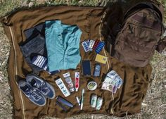 What Syrian refugees carry when they flee their homes Refugee camp pictures - Red Online Refugees In Europe, Syrian Refugees, Save Syria, A Level Art Sketchbook, Refugee Crisis, Political Art, What In My Bag, Persecution, Moving Pictures