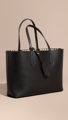 Find tips and tricks, amazing ideas for Burberry handbags. Discover and try out new things about Burberry handbags site Burberry Tote Bag, Burberry Handbags, Prada Handbags, Black Handbags, Fashion Handbags, Tote Handbags, Fashion Bags, Leather Handbags, Luxury Handbags