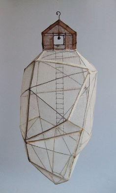 rocher habité 01 (à suspendre) sculpture fil de fer & tarlatane teintée H 32 X 13 X 13 cm