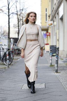 De punto, con aberturas frontales... las faldas 'midi' que mejor quedan con botas altas - Foto