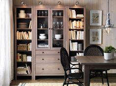 HEMNES szürke-barna könyvespolcok és üvegajtós szekrény, fiókkal