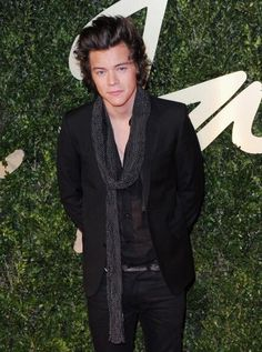 Does anyone else realize that this looks exactly like the scarf he wore when he auditioned? It might be the same one..... :(
