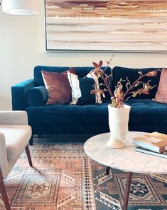 Precisely dosed and well thought out, the decoration mix & match creates a unique atmosphere and quite representative of the owners' state of mind. Blue Velvet Sofa Living Room, Blush Living Room, Blue Living Room Decor, Living Room Sofa, Home Living Room, Living Room Designs, Teal Velvet Sofa, Room Colors, Decoration