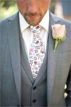Discover how to choose the right color and style for the groom's tie and have him look picture perfect on your big day! ;)