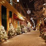 As ruas enfeitadas para o Natal em Quebec  Os canadenses tm neve durante o Natal fazendo com que o cenrio fique lindo  embora seja muito muito muito frio As crianas aproveitam o gelo para patinar entre outras brincadeiras na neve Fofas  tradio que eles deixem leite e biscoitos ao lado da lareira para que o Papai Noel se alimente Pode ser que tenham algumas cenouras paras as renas tambm Afinal so elas que carregam os presentes Quebec canada natal christmas curiosidades lugaresparaviajar…
