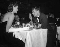IlPost - Il senatore John Kennedy insieme a Maria Carmel Attolico – figlia dell'ex ambasciatore italiano in Germania – a un ricevimento per la duchessa di Windsor all'hotel Waldorf-Astoria di New York, nel 1953 (AP Photo)