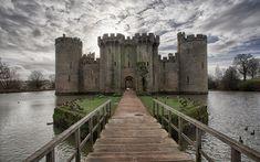 Bodiam Castle é um castelo quadrangular localizado no East Sussex, Inglaterra.