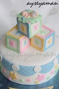Para as mamães: lindo bolo para Chá de Bebê! Mais fotos e ideias em: http://mamaepratica.com.br/2014/02/07/25-exemplos-de-bolos-para-cha-de-bebe/