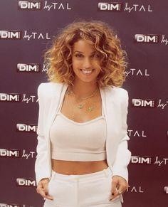 """Tal - Le""""bob"""" version boucles : on adore ! Et c'est grâce à la chanteuse française qui n'hésite pas à laisser ses cheveux au naturel qu'on l'a découvert."""