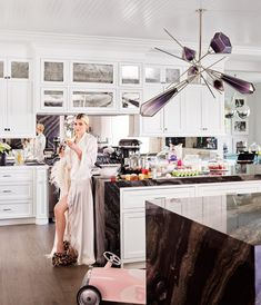 Kylie's Kitchen Kylie Jenner for Architectural Digest. Jenner—wearing a vintage robe, an LPA bodysuit, and Shay Fine Jewelry—in her kitchen. Blown-glass chandelier by Gabriel Scott; custom cabinetry by Martyn Lawrence Bullard. Kylie Jenner Casa, Kylie Jenner Fotos, Kylie Jenner Style, Kris Jenner, Kylie Jenner Bedroom, Kendall Jenner House, Architectural Digest, Kardashian Home, Kardashian Jenner