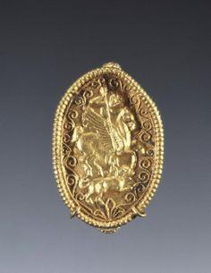 Greek box ring, Attributed to Santa Eufemia Master [Greek (South Italian), 340 B. Medieval Jewelry, Ancient Jewelry, Antique Jewelry, Antique Rings, Roman Jewelry, Greek Jewelry, Museum Studies, New Jewellery Design, Dark Ages