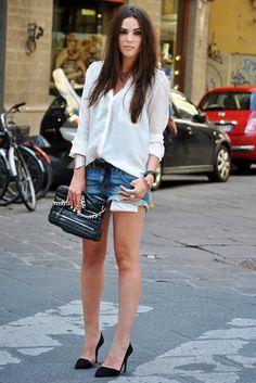Camisa branca, short e scarpin... simples assim!