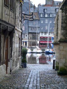 Honfleur, France #CMGlobetrotters Places To Travel, Places To Go, Claude Monet, Omaha Beach, Vincent Van Gogh, Normandie France, World Street, Honfleur, Fontainebleau