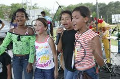 """Colombia - Dit rappen de meisjes: """"Loop met ons mee in de ellende die ons treft. Als we er met liefde tegenaan gaan, komt er geen oorlog. Zo trekken we samen op, als broers en zusjes en we roepen in koor: Zo is het genoeg!"""" De vriendinnen maken rapteksten over het leven in een buurt waar straatbendes elkaar beschieten. """"Zo delen we nare dingen, maar we willen vooral samen lachen""""."""