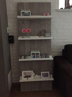 Gezien bij een gezin waar ik gewerkt heb. 3 steigerplanken van 160 cm lang en 20 cm breed 3 fotoplanken van 60 cm breed van de Xenos Planken naast elkaar leggen en fotoplanken eropschroeven. Klaar. Creation Homes, Diy Signs, Home And Living, Floating Shelves, Wood Crafts, Living Room Decor, Plank, Bookcase, Sweet Home