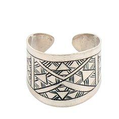 Präzise ziselierter, offener Ring, mit symbolischen Tuaregmustern. (Passend hierzu finden Sie im Shop eine Halskette, einen Armreif und Ohrringe / siehe Detailfoto.) Material: Silber 925 Farbe: Silber. Größe: ø variabel Breite: 2 cm www.albena-shop.de