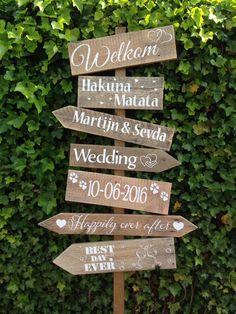 Wegwijspaal, trouwpaal, trouwbord, bord met pijlen, wegwijsbord, wegwijzer, houten wegwijspaal