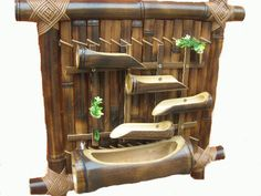 Bambus dekoracija na zidu, Bambus vodena fontana Bamboo Water Fountain, Diy Fountain, Indoor Water Fountains, Bamboo Art, Bamboo Crafts, Bamboo Garden, Wooden Windmill, Bamboo Building, Bamboo Structure