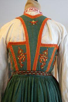 Bunad, sommerbunad, Vest-telemark med søljer | FINN.no Sewing Tips, Sewing Hacks, Finger Weaving, Folklore, Norway, Sweden, Apron, Costumes, Design