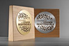 """Trophée """"Leader Responsable"""" en bois et métal personnalisé. Artempo"""