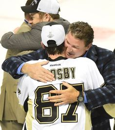 Sidney Crosby and Mario Lemieux embrace after the Penguins' 2016 Stanley Cup victory - Pinundpin - Bilder für Sie Pens Hockey, Hockey Teams, Sports Teams, Ice Hockey, Hockey Baby, Pittsburgh Sports, Pittsburgh Penguins Hockey, Mike Bossy, Mario Lemieux