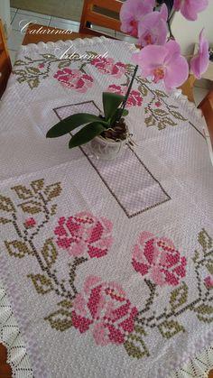 Toalha de Mesa Floral em Ponto Xadrez.    Produto sob encomenda, pode ser feito em outras cores e tamanho. Consulte-nos!